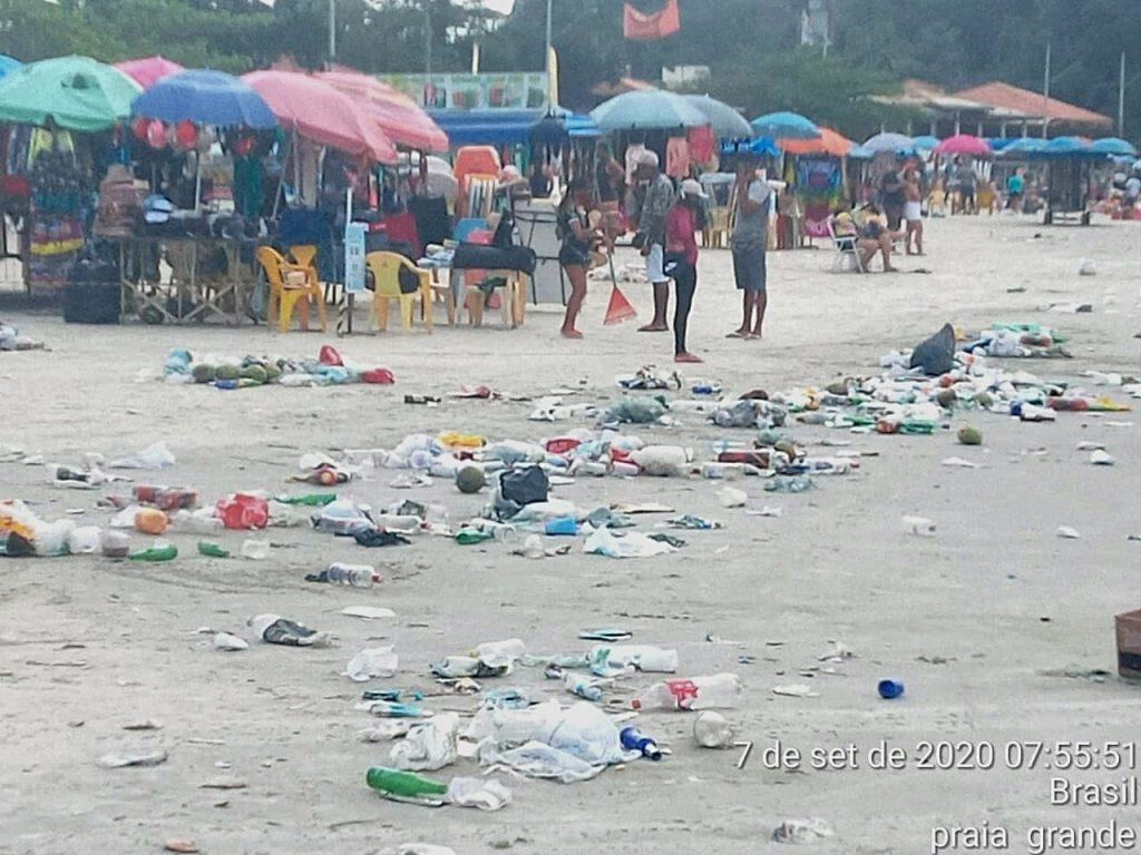 Acúmulo de lixo na Praia Grande de Ubatuba/SP na manhã do dia 7 de setembro. (Créditos: Divulgação/Instituto Argonauta)